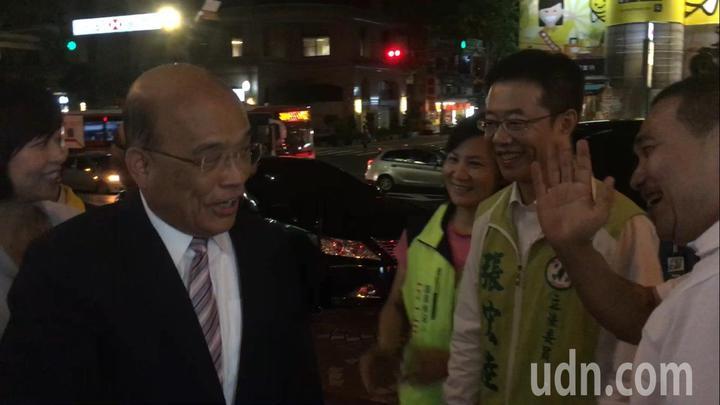 兩人握完手,急忙揮手互說「掰掰!」記者張曼蘋/攝影