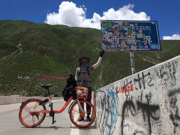 四川小哥蔡振鋒在陰錯陽差之下,騎著共享單車去西藏,沿途克服各種難關,引起網民討論。翻攝 《封面新聞》