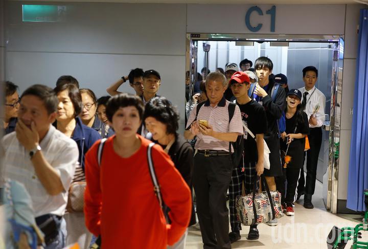 受到日本北海道強震影響,許多台灣旅客被迫滯留當地,為協助旅客早日回國,長榮航空飛北海道的航班都放大機型派飛,第一班放大機型A330-300從函館飛回來的BR-137班機晚上抵達桃園機場,旅客下機後露出放鬆的笑容。記者鄭超文/攝影