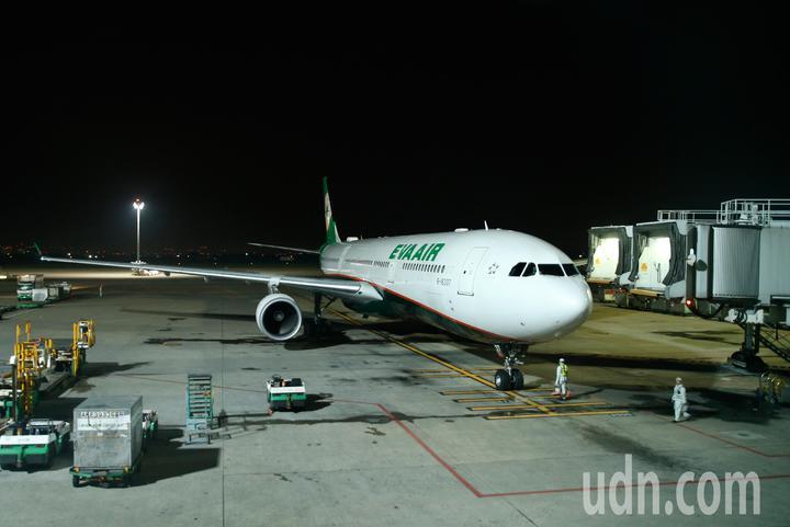 受到日本北海道強震影響,許多台灣旅客被迫滯留當地,為協助旅客早日回國,長榮航空飛北海道的航班都放大機型派飛,第一班放大機型A330-300從函館飛回來的BR-137班機晚上抵達桃園機場。記者鄭超文/攝影