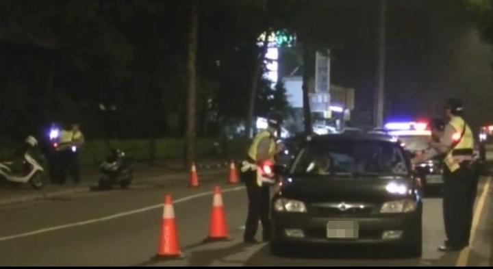 警方設置路檢點執行車檢,發現陳嫌騎機車形跡可疑,另在路旁把他攔下盤查。記者林昭彰/翻攝