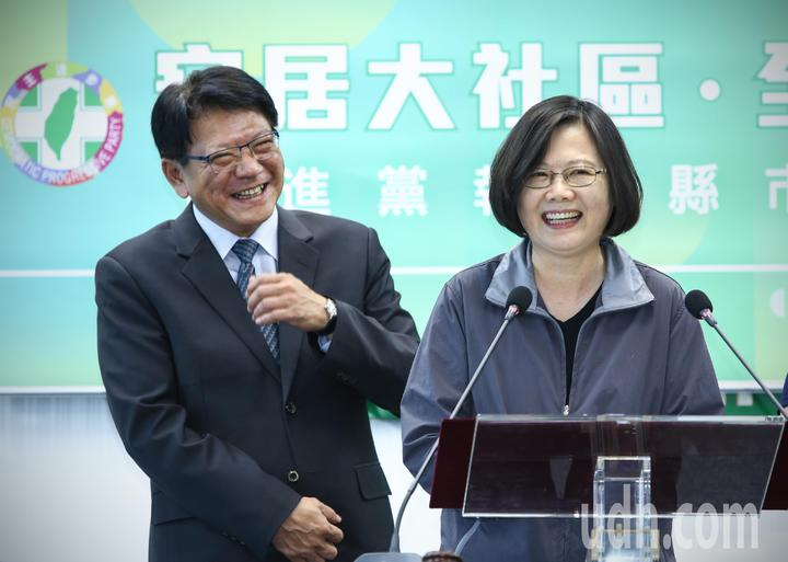民進黨中常會下午邀請屏東縣長潘孟安(左)報告政績,兼任民進黨主席的總統蔡英文(右)說,潘孟安「雖然是單身漢,但很會照顧人」。記者陳柏亨/攝影