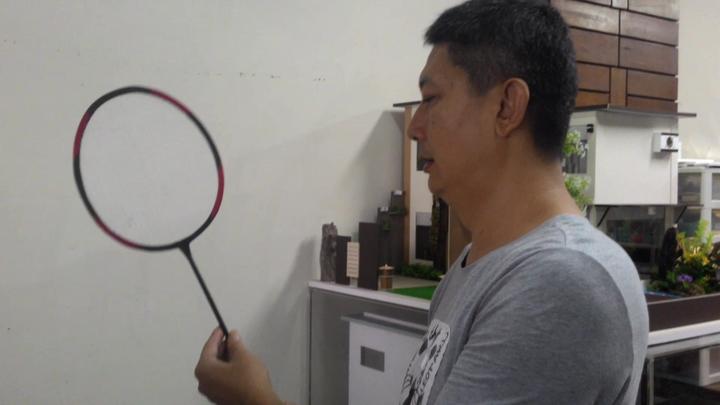 紙紮業者黃志國做出的羽毛球拍,連網線也是紙做的,栩栩如生。記者黃宣翰/攝影