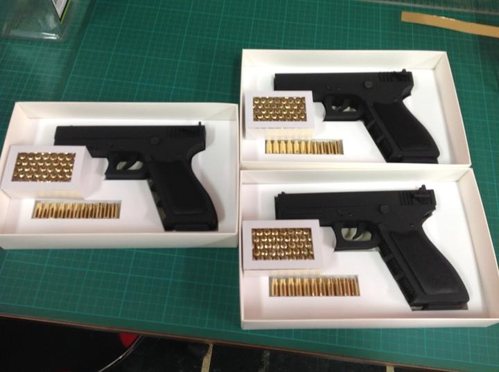 紙紮品客製化,連槍和子彈都可用訂做,以紙張做成。記者黃宣翰/翻攝