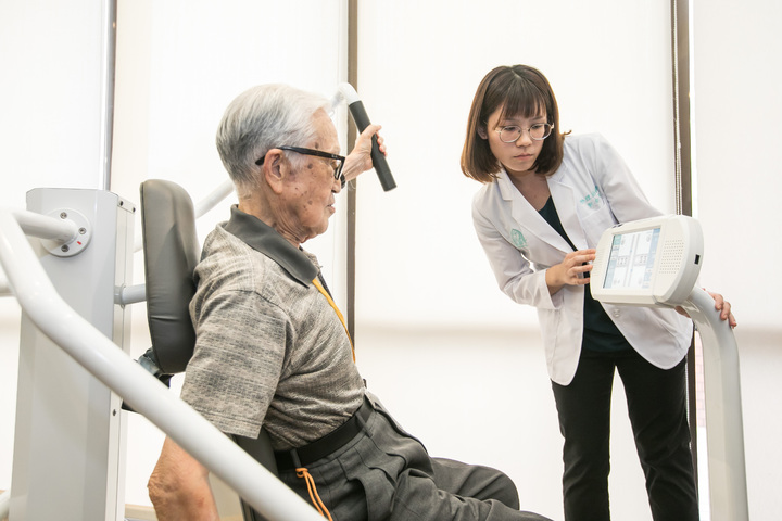 友達頤康智慧運動照護方案,能因應長者個別體能狀態產生個人化運動處方。友達/提供