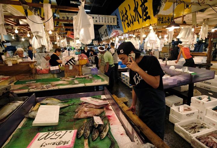 日本東京都築地市場3日景象。建成已83年的築地市場因生魚邊料及地下管道而吸引老鼠進駐,滅鼠專家估計,有成千上萬隻老鼠窩藏當地。法新