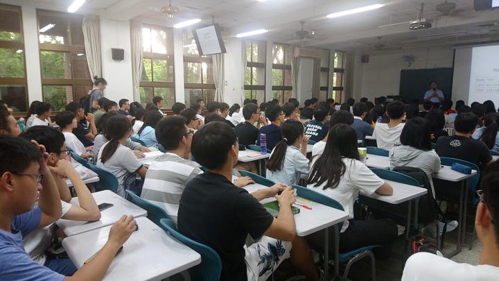 江宜樺到中正大學大學部第一堂,學生擠爆百人大教室。記者謝恩得/攝影