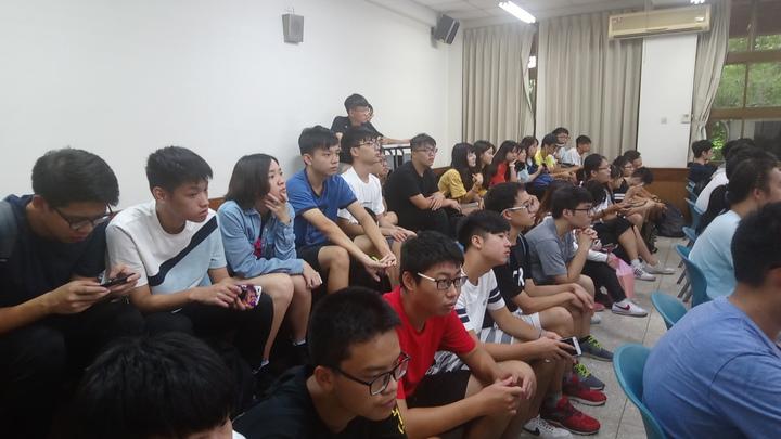 擠在教室後方平台的學生和前排學生一樣,專注聽完兩堂課。記者謝恩得/攝影