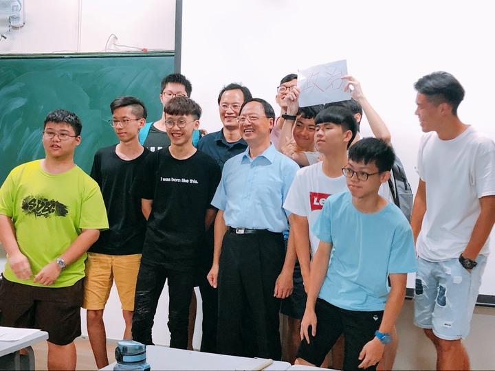 下課後許多學生和江宜樺合影。記者謝恩得/攝影