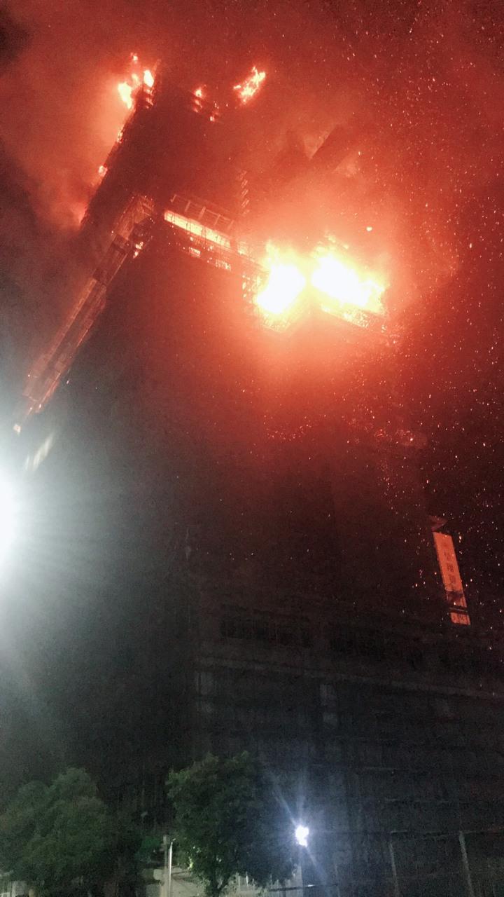 新北市新莊區中央路736號對面工地24樓建築物的15、16樓全面燃燒,且向上延燒。記者袁志豪/翻攝