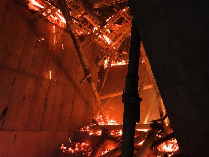 新北市新莊區中央路736號對面工地24樓建築物的15、16樓全面燃燒,且向上延燒,消防員原先進入火場搶救,目前已退出。記者袁志豪/翻攝