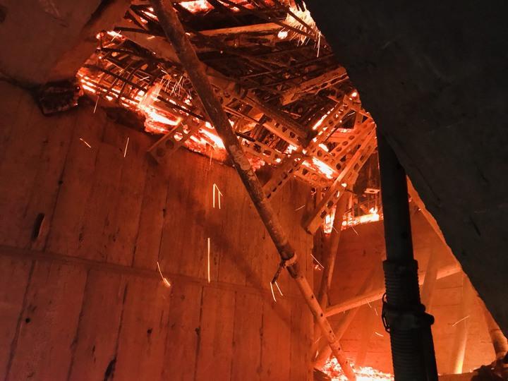 新北市新莊區中央路一處施工中大樓,今天傍晚傳出火警,整棟大樓15到24層都陷入火海。新北市工務局表示,會要求廠商先停工檢討,確認結構安全以後才能復工。記者祁容玉/翻攝