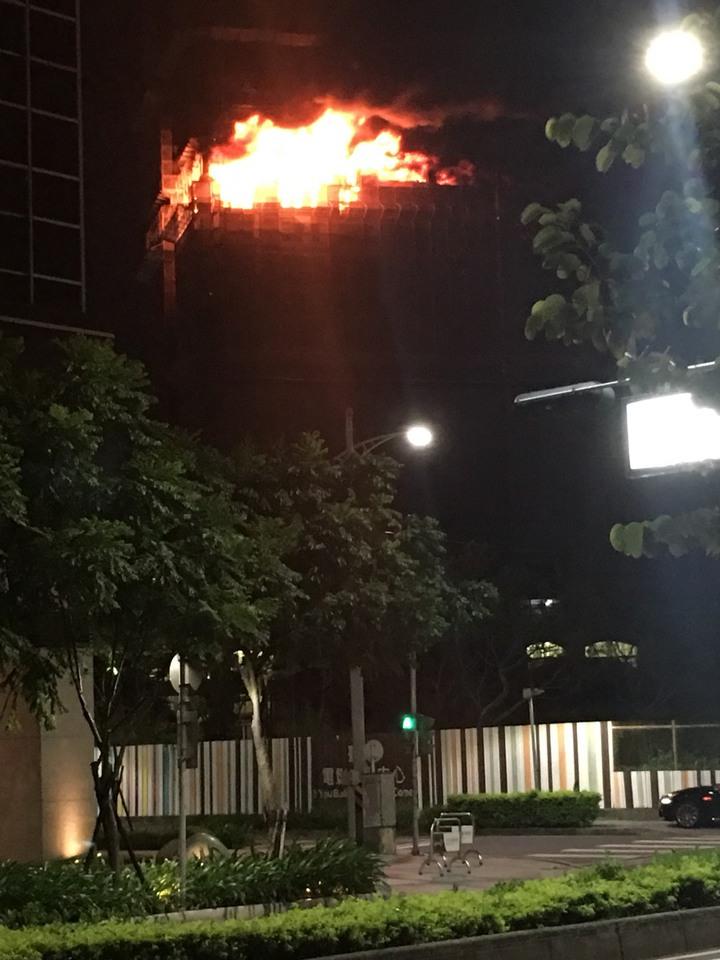 新北市新莊區中央路一處施工中大樓,今天傍晚傳出火警,整棟大樓15到24層都陷入火海。新北市工務局表示,會要求廠商先停工檢討,確認結構安全以後才能復工。圖/讀者提供