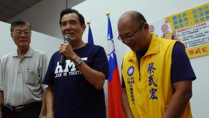 馬英九(中)今到高雄助選,一早先到前鎮小港選區的參選人蔡武宏(右)站台。記者劉星君/攝影