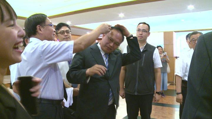 農委會主委林聰賢下午現身立法院,回應陳景峻請辭北農董事長一事,表示陳景峻夾在政治漩渦當中,他能體會他的辛苦。記者陳煜彬/攝影