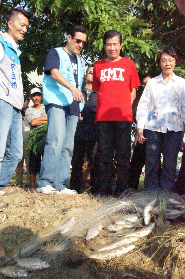 前總統馬英九在高雄橋頭虱目魚塭,瞭解養殖產量,表示樂於幫助高雄的漁業發展。記者林保光/攝影