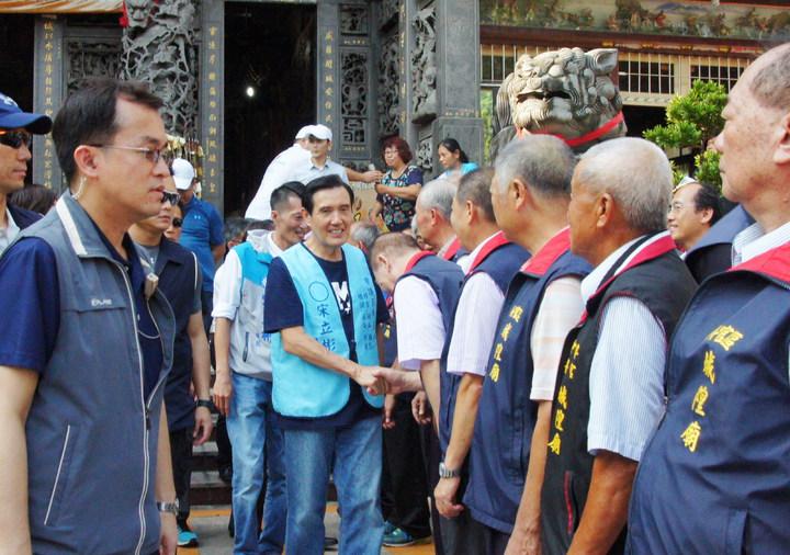 前總統馬英九訪高雄梓官,受城隍廟委員們列隊歡迎。記者林保光/攝影
