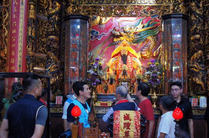 前總統馬英九(左二)今天下午拜高雄梓官城隍,對廟內楹聯,表示「看了很感動」。記者林保光/攝影