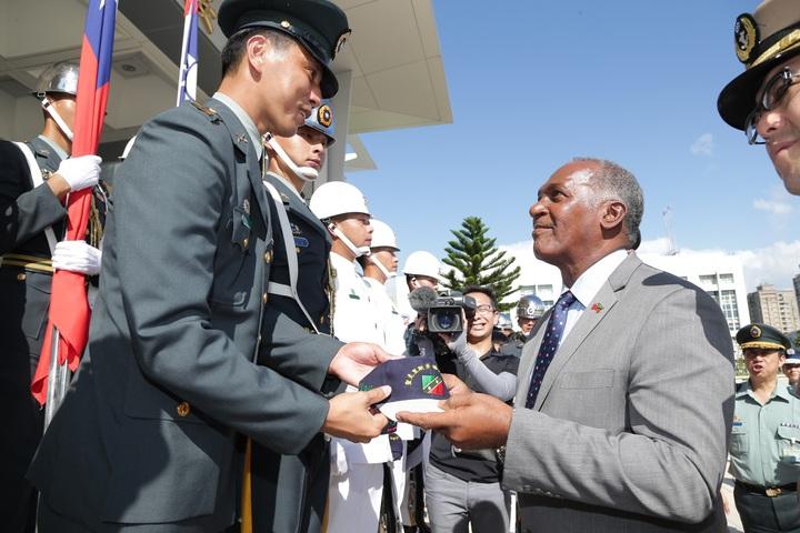 聖克里斯多福資深部長艾默里將繡有聖國國旗的紀念帽,逐一贈予儀隊官兵。圖/軍聞社