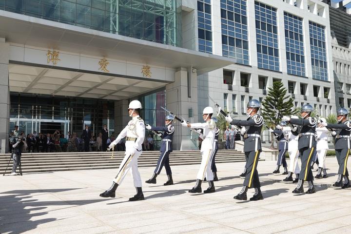 即將出訪的三軍儀隊官兵接受校閱。圖/軍聞社