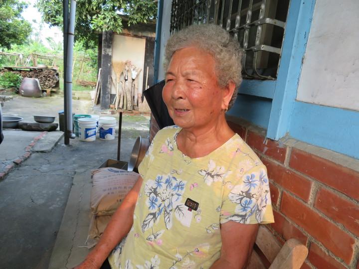 我駐日本大阪辦事處處長蘇啟誠輕生,他是嘉義縣竹崎鄉樸實農家子弟,上個月26日帶妻子返國,探視年邁父母最後一面,91歲老母親蘇李麵堅強面對兒子驟逝噩耗。記者魯永明/攝影