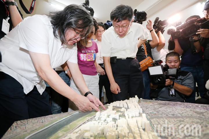 台北市長柯文哲(右)今天在都發局長林洲民(左)陪同下,參加水源路二、三期整宅都更駐點服務站開幕儀式,並與林洲民一起檢視水源路二、三期整宅模型。記者胡經周/攝影