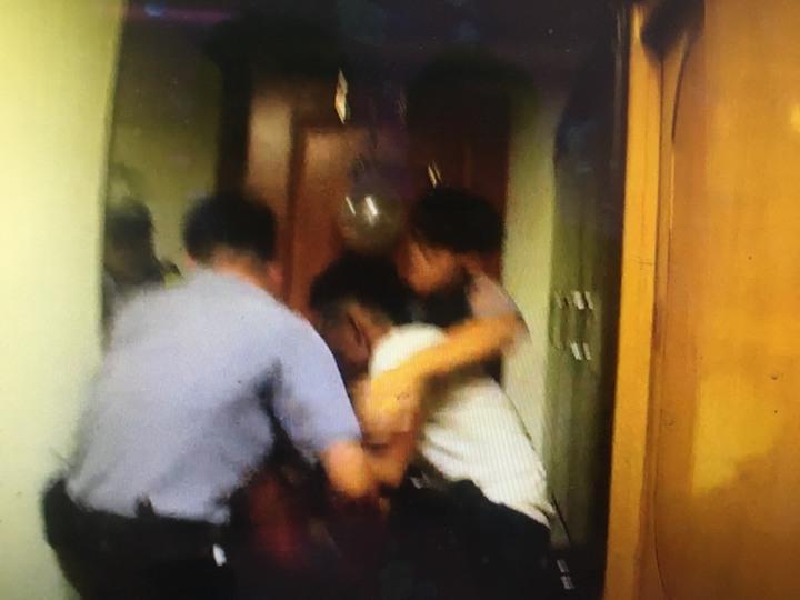 警方與郭前後對峙將近兩小時,最後趁他不注意,才一舉而上將他上銬戒護就醫。記者張媛榆/翻攝