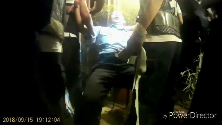 岡山分局前峰所長郭智浩(中)拉下游姓男子過程遭冷不防揮拳擊中,噴鼻血,還有輕微腦震盪。記者林伯驊/翻攝