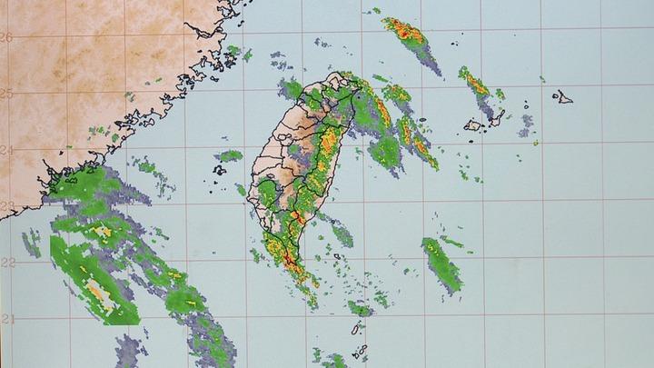 「山竹」颱風雖往港、澳前進,但台灣仍受外圍環流持續影響,屏東縣西大武山2天累積雨量破千毫米。記者謝育炘/翻攝