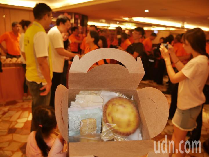 林右昌的太太吳秋英親手製作手工餅乾,在會後送給現場上百位的打火英雄品嘗,大家愛不釋手。記者吳淑君/攝影