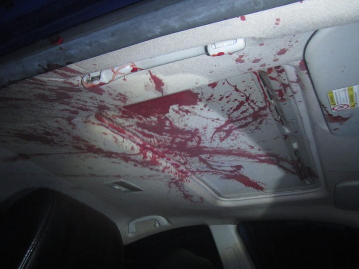 事故車輛車內頂部也驚見大片血跡。記者蔣繼平/翻攝