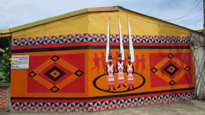 苗栗縣後龍鎮紫雲宮附近一帶社區牆面繪製道卡斯族文化意象彩繪,提供了解道卡斯族傳統生活。記者范榮達/攝影