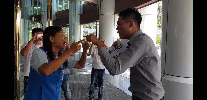 王家貞與李宗霖從議會場內互罵到場外 記者修瑞瑩/攝影