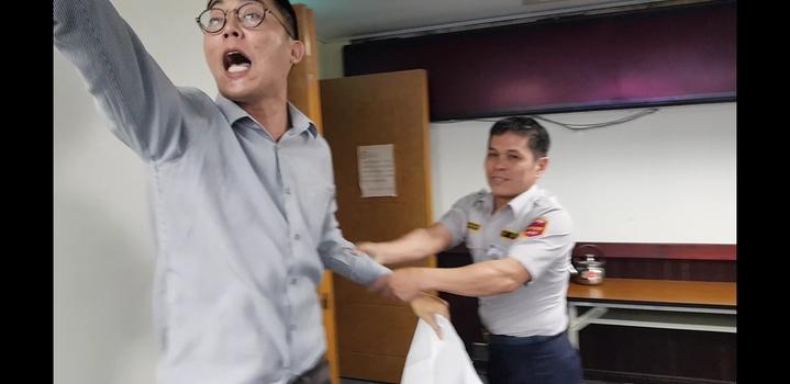 基進黨議員參選人李宗霖到議會鬧場,被警衛拉出 記者修瑞瑩/攝影