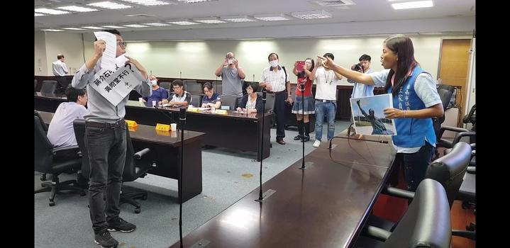 王家貞與李宗霖在議會內互罵 記者修瑞瑩/攝影