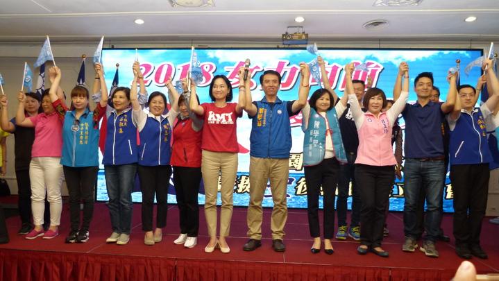 國民黨中央助選團、市議員、議員參選人在婦團造勢活動上為陳學聖(右5)加油。記者鄭國樑/攝影