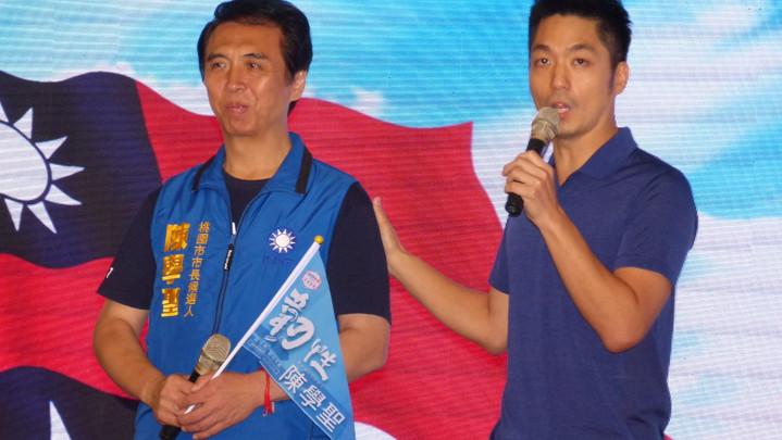 蔣萬安(右)用蔣經國的話「沒有打不敗的敵人,只怕沒有志氣」勉勵陳學聖(左)和支持者。記者鄭國樑/攝影