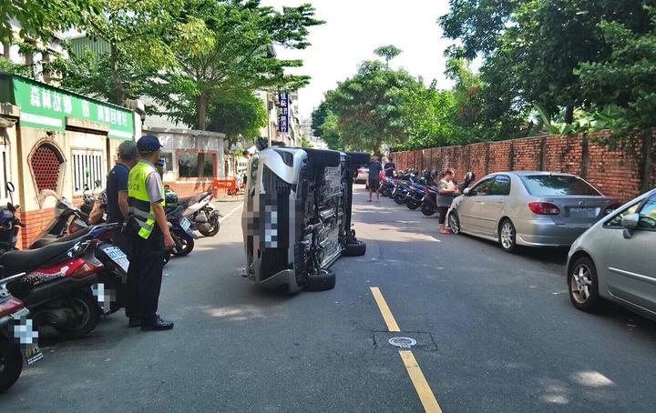 林姓男子開車突然左偏擦撞停路邊車輛( 圖右), 接著騰空側翻。 圖/翻攝畫面