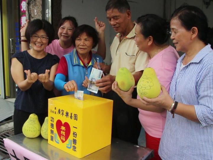 芬園鄉施佳驊(左一)提供1萬斤文旦柚作義賣。記者林敬家/攝影