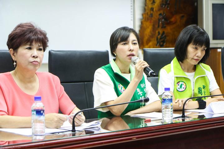 民進黨新北市議員廖筱清(左起)、李倩萍、周雅玲,今下午開記者會,認為侯友宜日前的言詞是騷擾女性朋友、不尊重女性。記者王敏旭/攝影