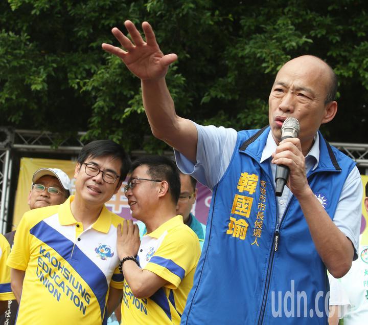 藍綠高雄市長參選人韓國瑜(右)、陳其邁(左)今天在教產工會的活動上同台。記者劉學聖/攝影