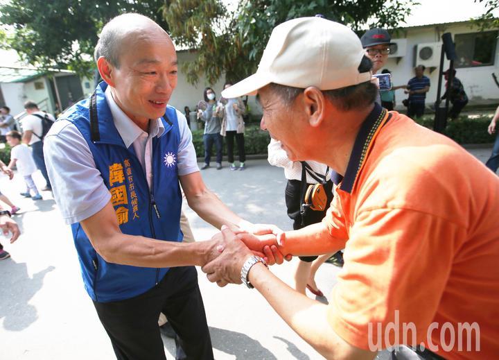 國民黨高雄市長候選人韓國瑜(左)今天出席高雄教產工會活動。記者劉學聖/攝影