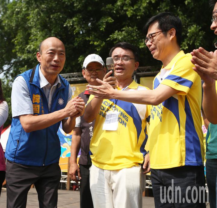 藍綠高雄市長參選人韓國瑜(左)、陳其邁(右)今天在教產工會的活動上同台,陳其邁不但與韓國瑜握手致意,還禮讓韓國瑜讓他先致詞演講。記者劉學聖/攝影