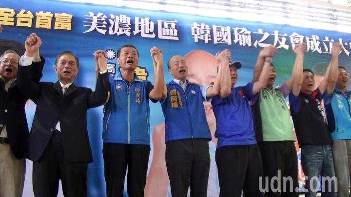 韓國瑜之友會昨天在高雄美濃成立,劉盛良(左二)等多位客家大佬出席力挺韓國瑜(左四)。記者王昭月/攝影