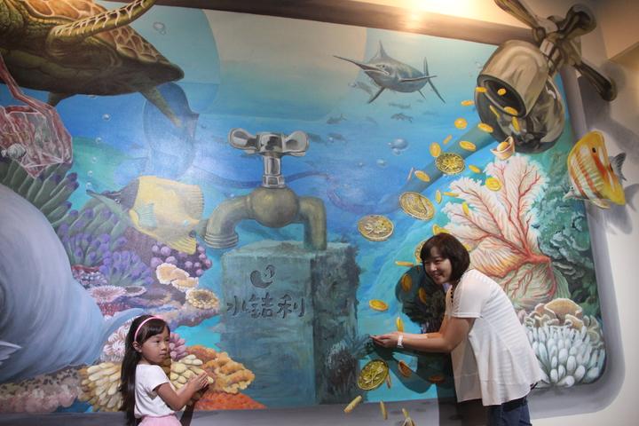 「水銡利廚衛生活村」是首家水五金觀光工廠,把水資源比喻成金幣的互動牆,耐人尋味。記者林宛諭/攝影