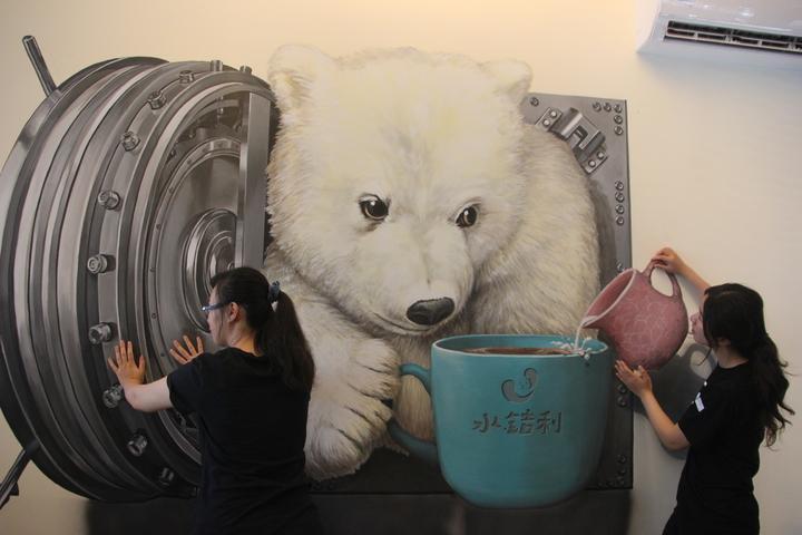 從保險箱鑽出來的小熊和你一起喝咖啡。 記者林宛諭/攝影