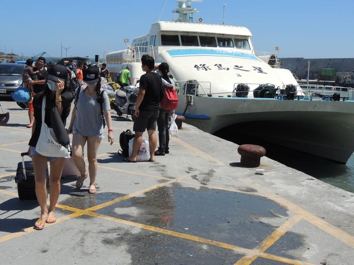 受潭美颱風外圍環流影響,今天客輪業上午從蘭嶼及綠島疏運近千名遊客回台灣。記者羅紹平/攝影