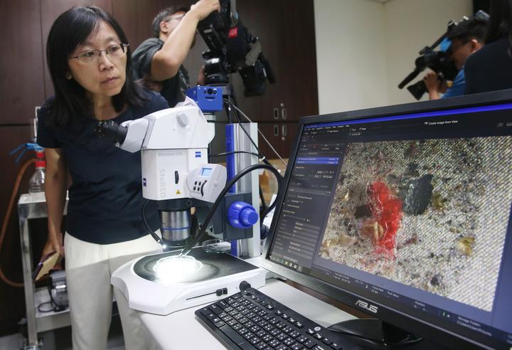 環保署舉行「自來水、海水、沙灘砂礫與貝類中微型塑膠含量調查」記者會,在大部分檢體中均驗出微型塑膠,用顯微鏡可清楚看到纖維狀的微型塑膠。記者邱德祥/攝影