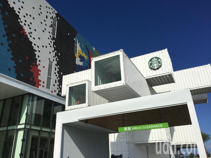 貨櫃屋星巴克造型像巨型的樂高積木,層層疊疊的風格在當地十分醒目。記者徐庭揚/攝影