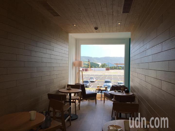 內部設計保持貨櫃原始風貌為主,僅在部分牆面裝飾木皮板,營造出大自然感。記者徐庭揚/攝影